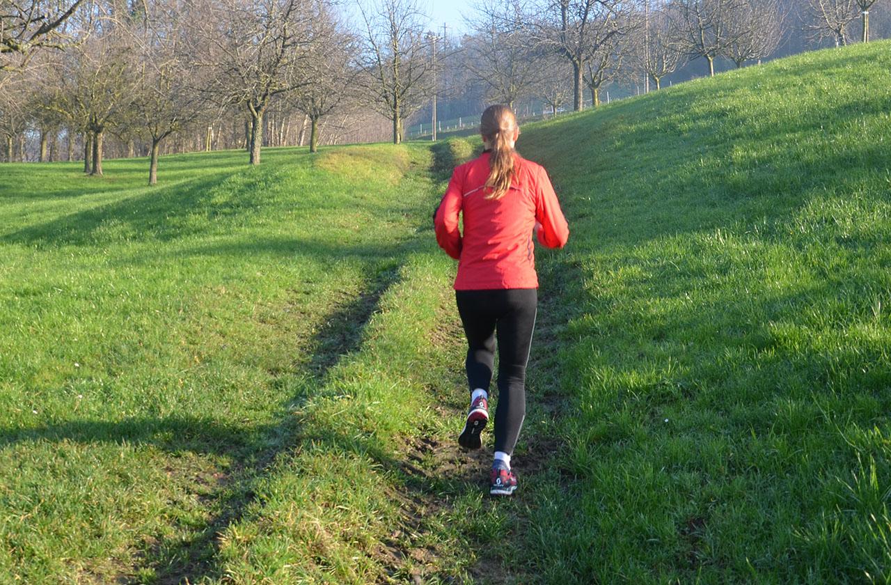 Laufen in hügeligem Gelände
