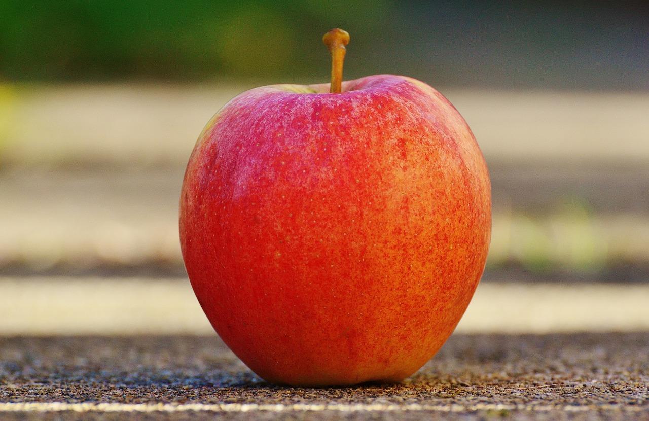Apfel beim Fastenbrechen
